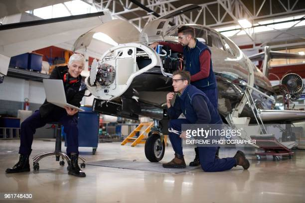 Fluggerätmechaniker im hangar