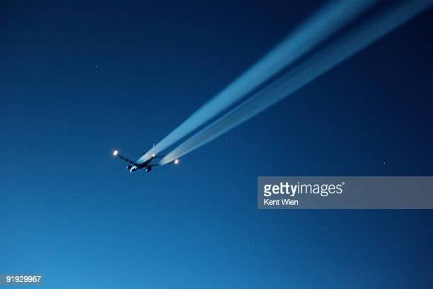 aircraft with blurred contrails - vliegtuigdamp stockfoto's en -beelden