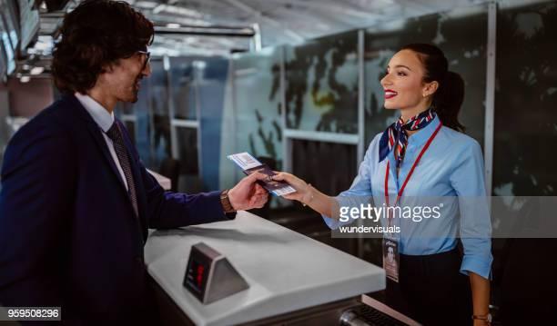 accompagnateur de la compagnie aérienne et homme d'affaires à l'aéroport au comptoir d'enregistrement - hygiaphone photos et images de collection