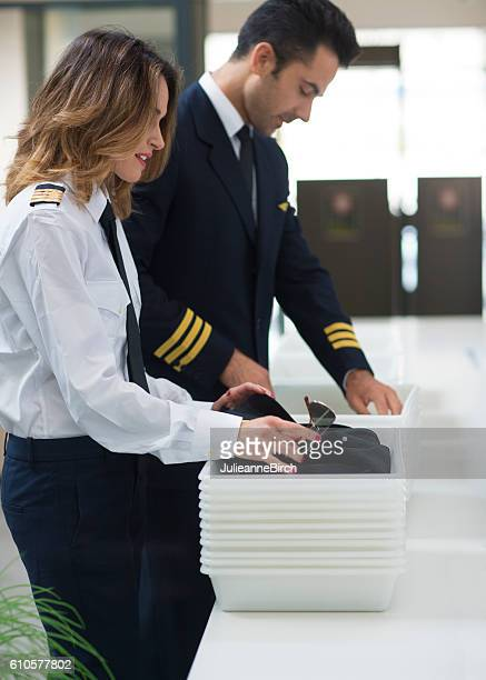 airline crew going through security check - security check - fotografias e filmes do acervo