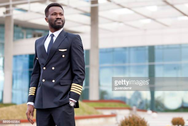 airline pilot in airport terminal - pilot stock pictures, royalty-free photos & images