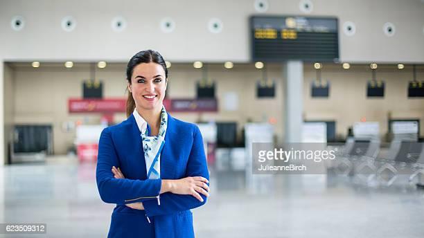 airline stewardess in airport lounge - tripulação de bordo - fotografias e filmes do acervo