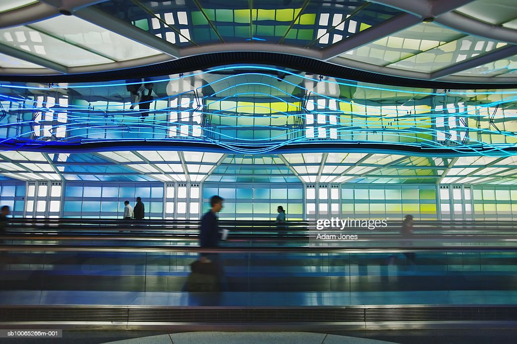 Airline travellers on moving walkway : Foto stock