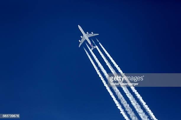 airliner, airbus a340 - trainée d'avion photos et images de collection