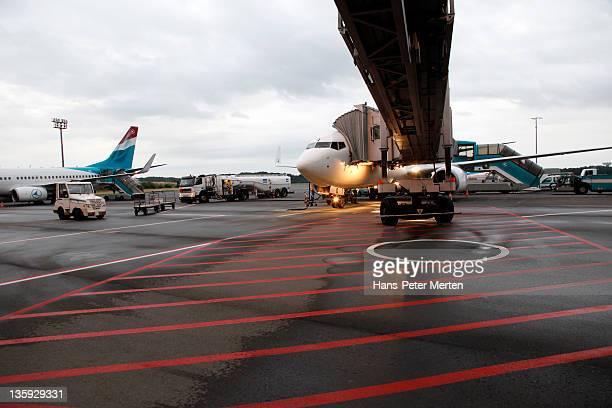 airliner at docking gate at airport - luxemburg stad luxemburg stockfoto's en -beelden