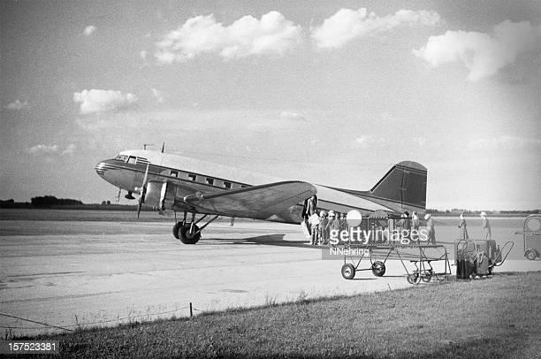 DC - 3 airliner rétro chargement passagers 1951,