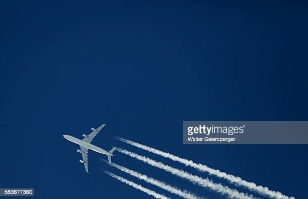 airliner (airbus a340) - vliegtuig stockfoto's en -beelden