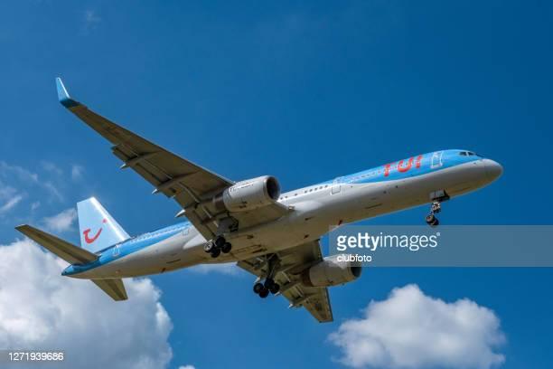 tui airlines boeing 757 kommer in för att landa - tui ag bildbanksfoton och bilder