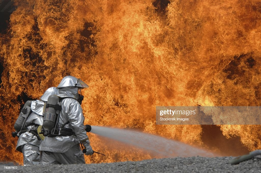 Airmen neutralize a fire. : Foto de stock