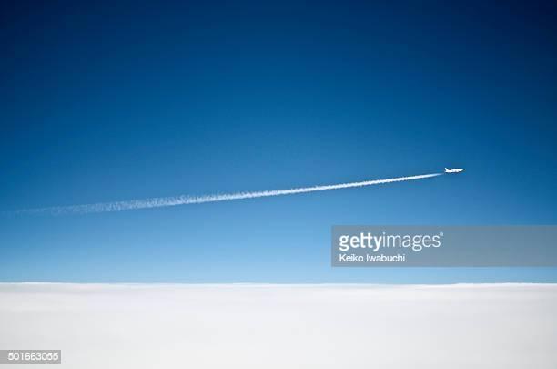 airplane above the cloud - trainée d'avion photos et images de collection