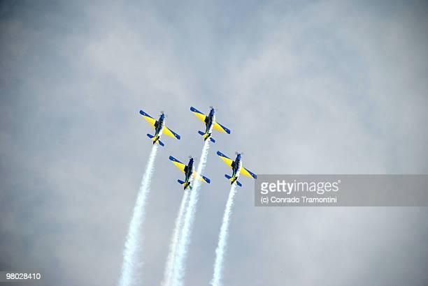 airplane acrobatics ascend to heaven - 航空ショー ストックフォトと画像