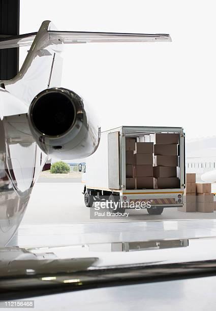 Avião e de ser carregado com caixas