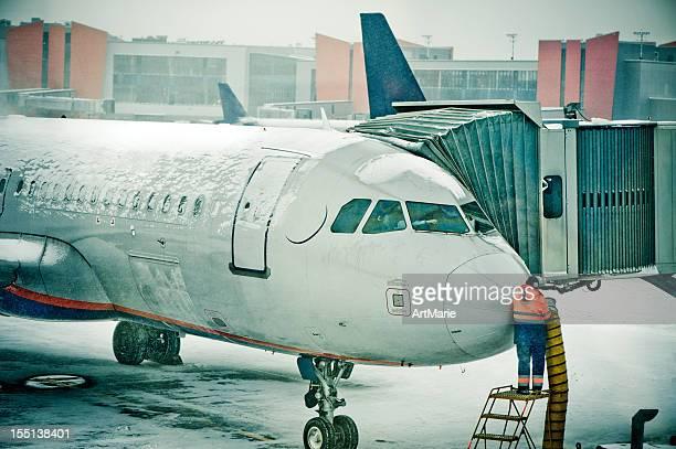 Avion de glacé après la tempête de neige