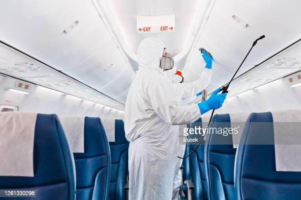 desinfecção de avião devido ao covid-19 - izusek - fotografias e filmes do acervo