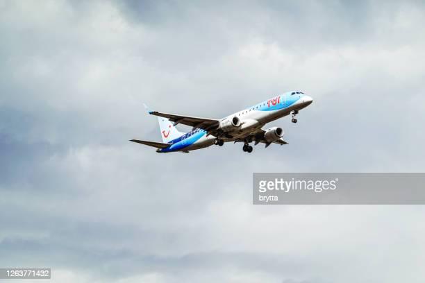 flugzeug embraer von tui airlines belgien nähert sich dem flughafen brüssel in belgien - tui ag stock-fotos und bilder