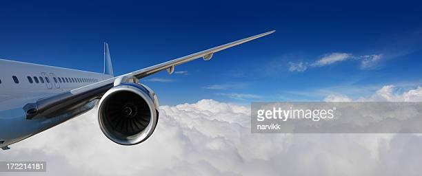 Avión volar por encima de las nubes