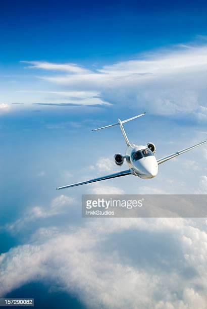 Avión volando alrededor de una tormenta frontal