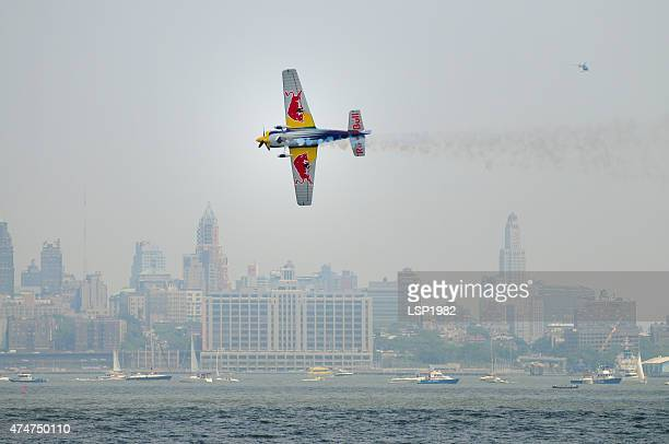 airplane flying low in new york city. - red bull new york 個照片及圖片檔