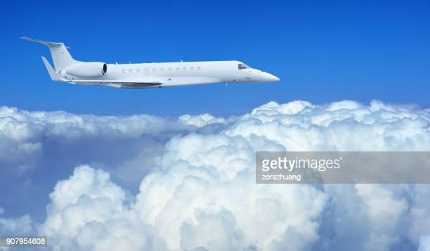 Flugzeug fliegen in der Cloud