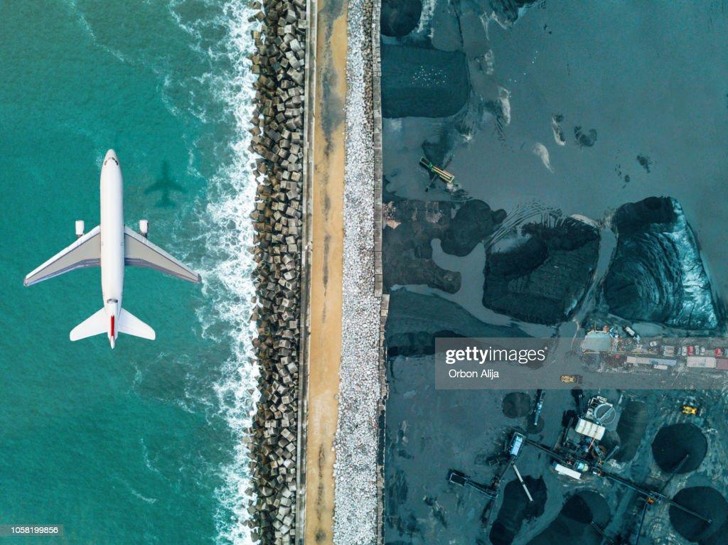 Flygplan som flyger över kol mineral utnyttjande : Bildbanksbilder