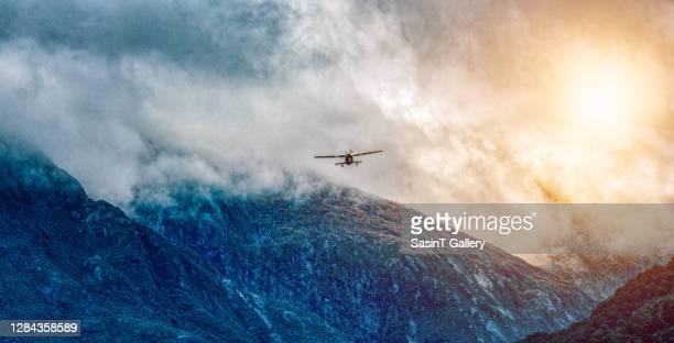 airplane flying - new zealand stockfoto's en -beelden