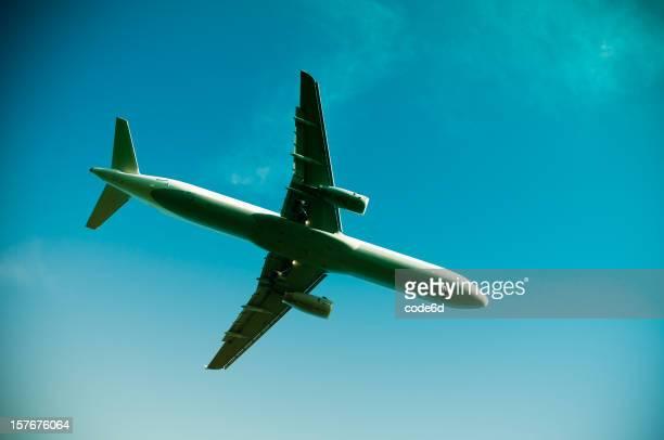 Avión en vuelo, aterrice en el amanecer, primer plano