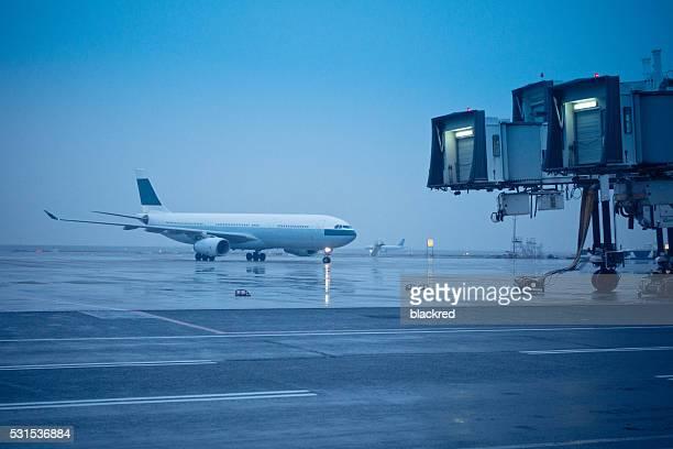 Avion a atterri et en bougeant sur la piste de l'aéroport