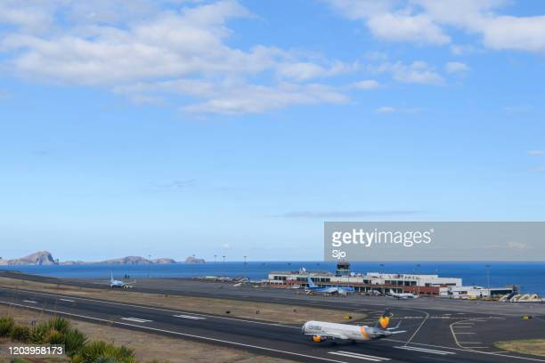 """airplane landing at airport cristiano ronaldo on the island madeira, portugal - """"sjoerd van der wal"""" or """"sjo"""" nature stock pictures, royalty-free photos & images"""