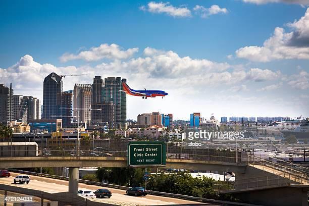 flugzeug landung am flughafen san diego - südwesten stock-fotos und bilder