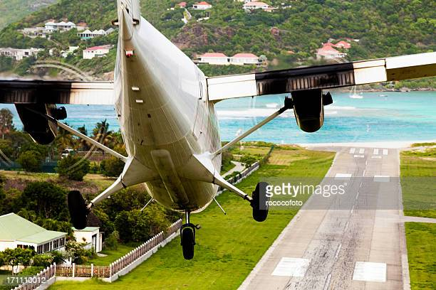 airplane landing at st. barth's - french overseas territory stock pictures, royalty-free photos & images