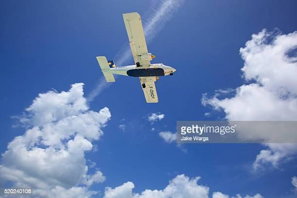 airplane landing at st. maarten - jake warga stock pictures, royalty-free photos & images