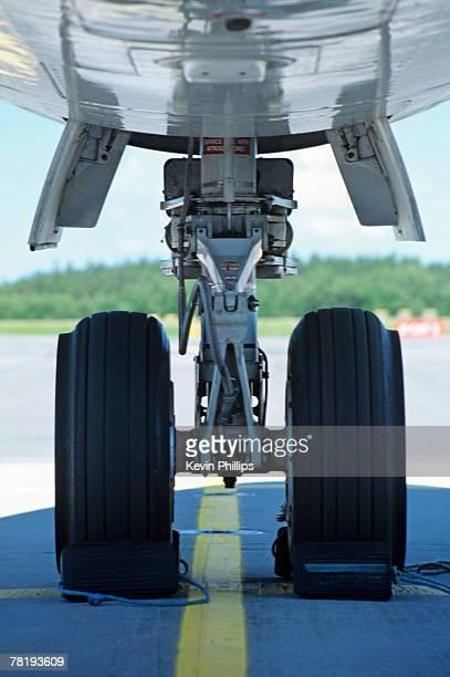 airplane landing gear - 着陸する ストックフォトと画像