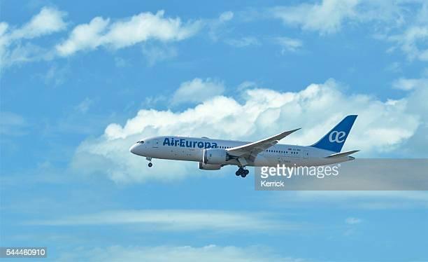 飛行機でお越しの際は、ヨーロッパの空気雲-ボーイング 787 機 - エウロパ ストックフォトと画像