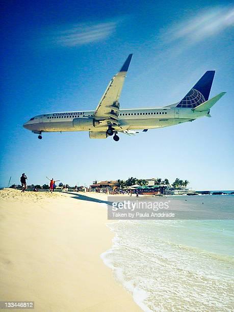 airplane on maho beach - sint maarten stockfoto's en -beelden