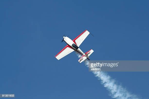 Avion dans le ciel bleu