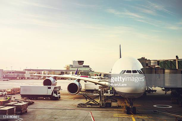 airplane preparing to load on tarmac - frankfurt international airport stock pictures, royalty-free photos & images