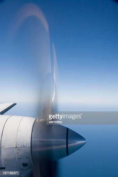 Avión con hélices con desenfoque en el Wild azul Yonder