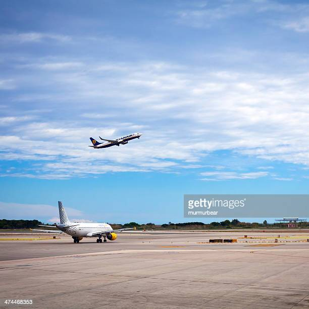 Aereo decolla in aeroporto