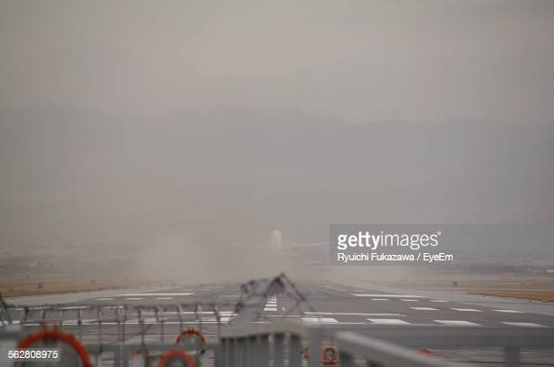 airplane taking off from runway - 吹田市 ストックフォトと画像