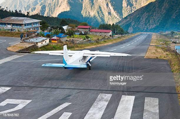 airplane taking off lukla airport dramatic mountain runway himalayas nepal - solu khumbu stock pictures, royalty-free photos & images