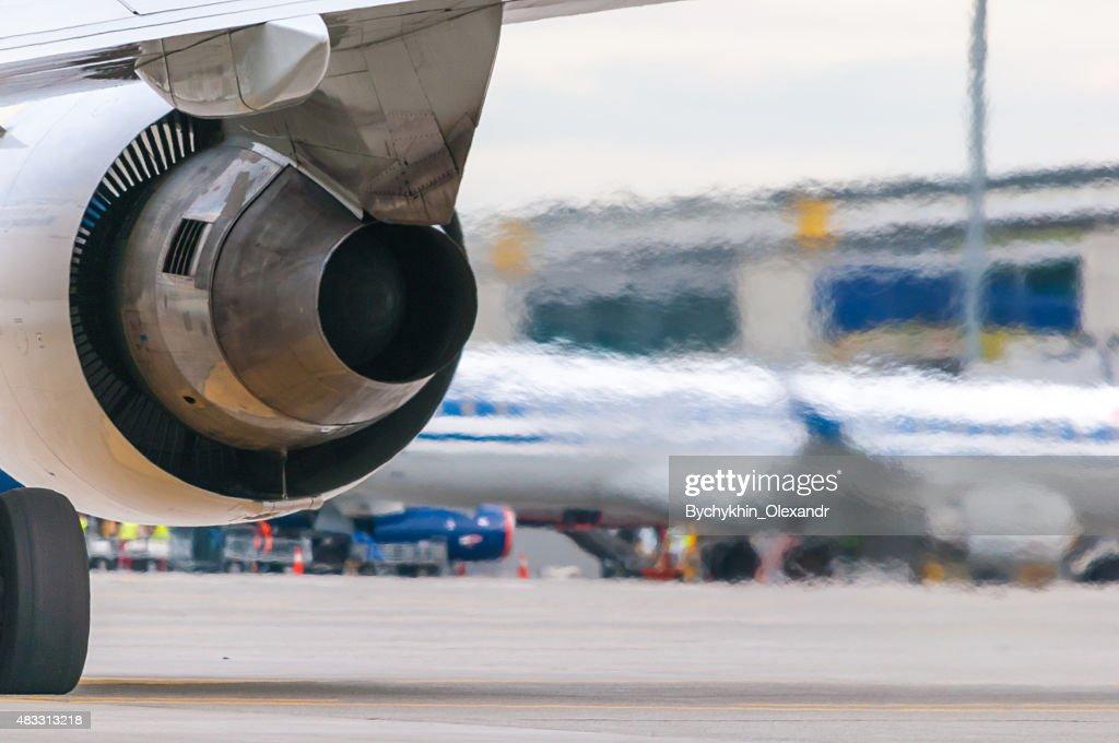 Płaska ziemia - czy można tej teorii zaprzeczyć? - Page 6 Airplane-turbine-detail-flow-of-hot-air-from-the-engine-picture-id483313218