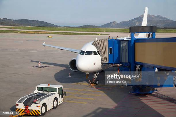 airplane waiting at gate - airport tarmac stock pictures, royalty-free photos & images