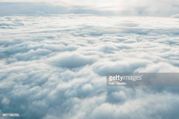 airplane window cloudscape - oben stock-fotos und bilder