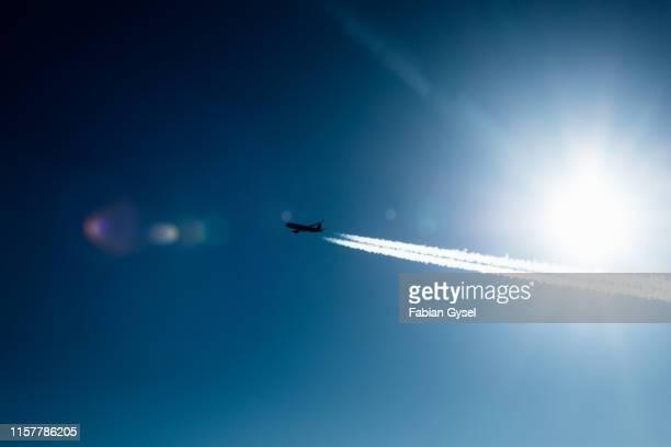 avião com contrail - rasto - fotografias e filmes do acervo
