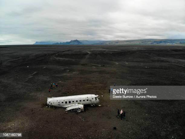 airplane wreck on black sand beach, solheimasandur, iceland - punalu'u_beach stock pictures, royalty-free photos & images