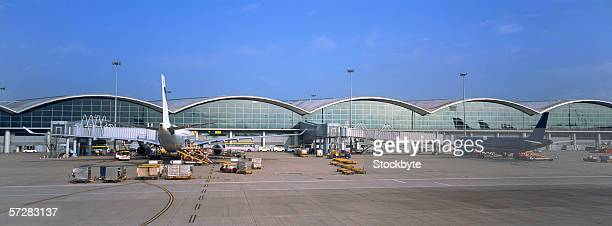airplanes at an airport in hong kong - airport tarmac stock pictures, royalty-free photos & images