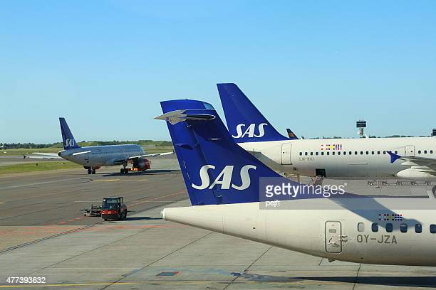 sas airplanes at copenhagen airport - kastrup - pejft stock pictures, royalty-free photos & images