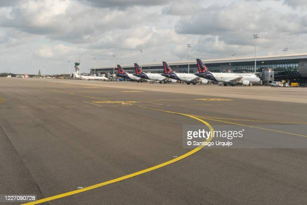 airplanes docked at zaventem airport - zaventem airport stock pictures, royalty-free photos & images