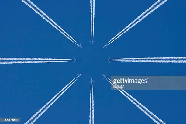 avion dans le ciel bleu avec trainée d'avion, trafic aérien - trainée d'avion photos et images de collection