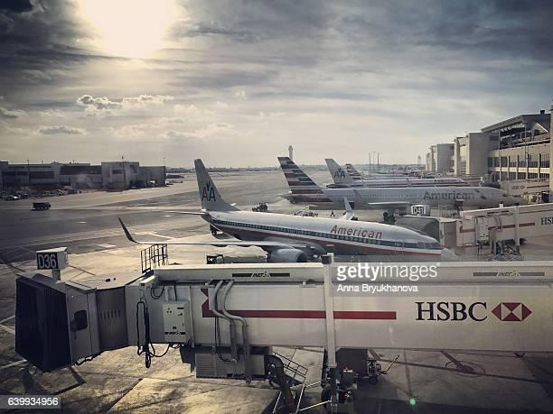 airplanes in miami international airport, florida, usa - aeropuerto internacional de miami fotografías e imágenes de stock